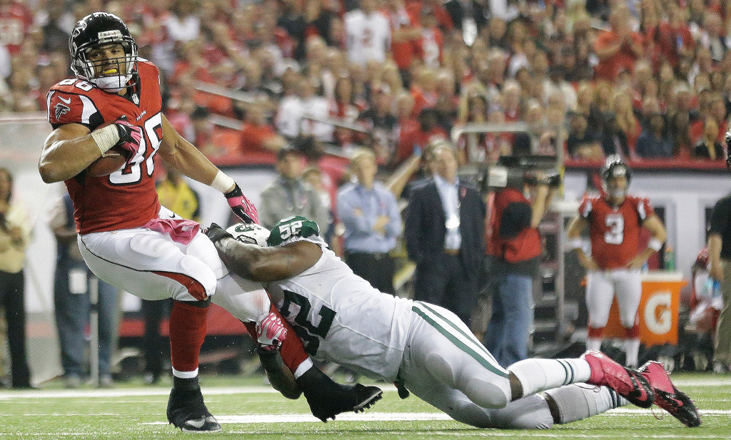 . New York Jets inside linebacker David Harris (52) tackles Atlanta Falcons tight end Tony Gonzalez (88) during the second half of an NFL football game, Monday, Oct. 7, 2013, in Atlanta. (AP Photo/David Goldman)