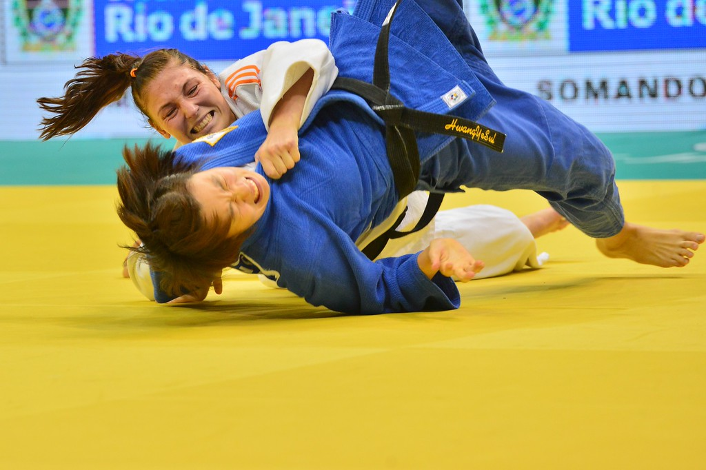 . Netherlands\' Kim Polling (white) competes for the bronze with South Korea\'s Ye-Sul Hwang in the women\'s -70kg category, during the IJF World Judo Championship, in Rio de Janeiro, Brazil, on August 30, 2013. YASUYOSHI CHIBA/AFP/Getty Images