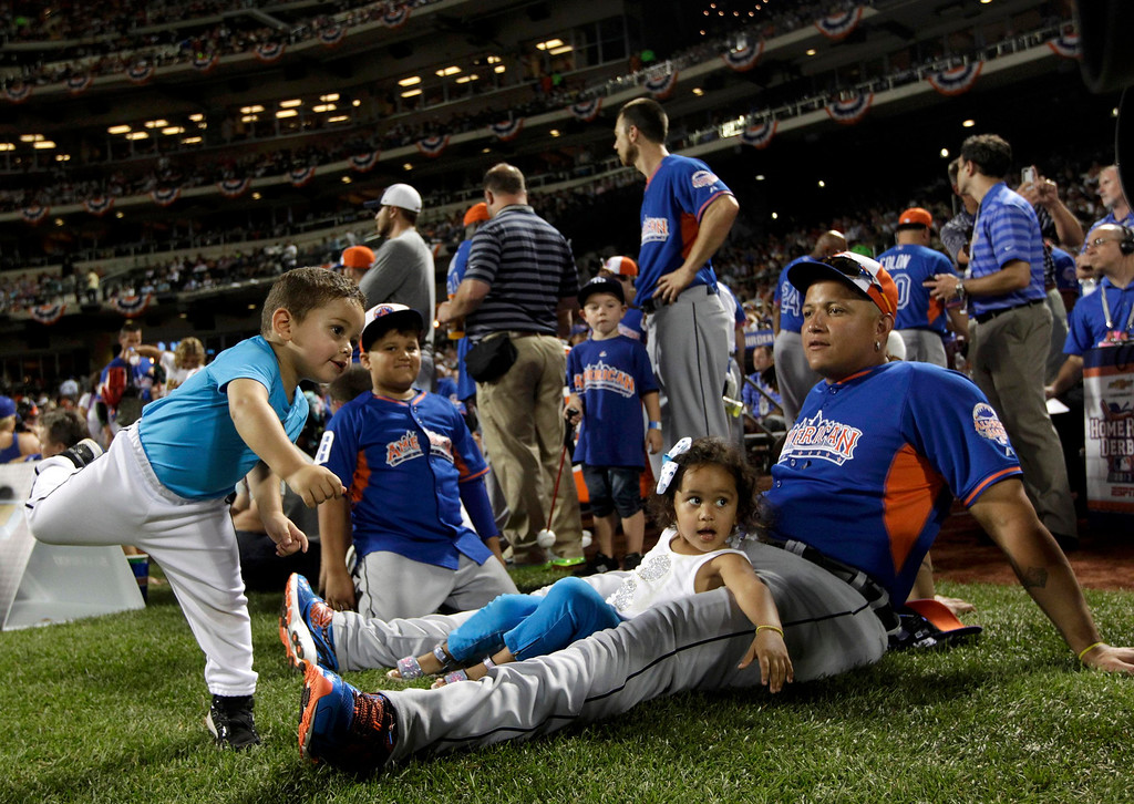 . American League\'s Miguel Cabrera, of the Detroit Tigers, sits with his children as his son Christopher plays around during the Major League Baseball All-Star Game Home Run Derby in New York, July 15, 2013. REUTERS/Shannon Stapleton