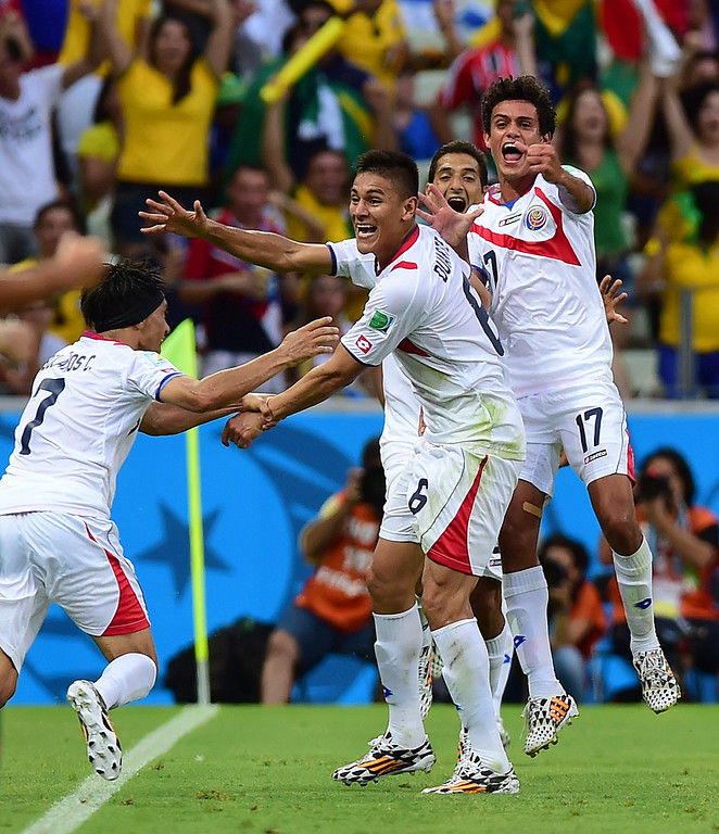 . Costa Rica\'s defender Oscar Duarte (C) celebrates scoring his team\'s second goal during a Group D football match between Uruguay and Costa Rica at the Castelao Stadium in Fortaleza during the 2014 FIFA World Cup on June 14, 2014.    AFP PHOTO / RONALDO SCHEMIDT