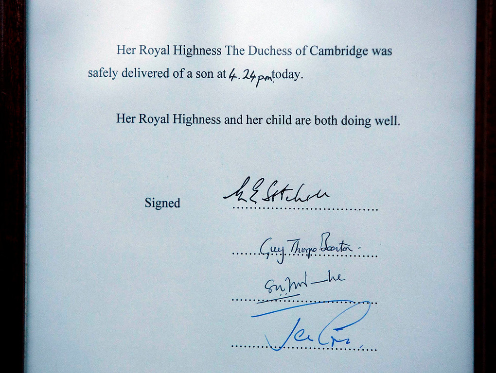 . A notice formally announcing the birth of a son to Britain\'s Prince William and Catherine, Duchess of Cambridge, is placed in the forecourt of Buckingham Palace, in central London July 22, 2013. Prince William\'s wife Kate gave birth on Monday to a baby boy,  in the Lindo Wing of St Mary\'s Hospital, who becomes third in line to the British throne, his office said. The royal baby, the couple\'s first child, was born at 4:24 p.m. (1524 GMT), weighing 8 lbs and 6 oz.    REUTERS/Neil Hall
