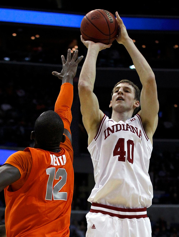 . Indiana Hoosiers forward Cody Zeller (R) shoots over Syracuse Orange center Baye Keita during the first half in their East Regional NCAA men\'s basketball game in Washington, March 28, 2013. REUTERS/Larry Downing