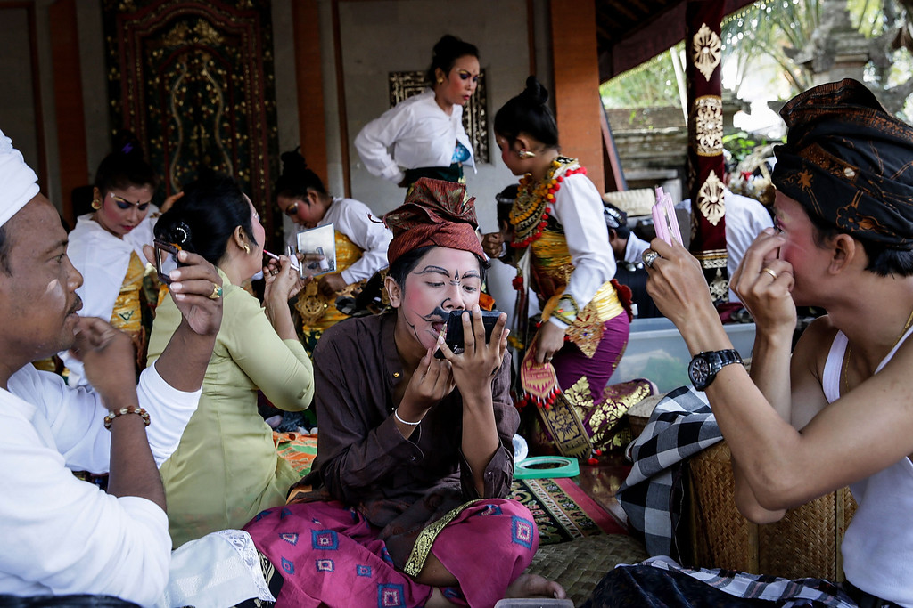 . Balinese dancers prepare to perform the classical Gambuh dance during the Royal cremation ceremony on November 1, 2013 in Ubud, Bali, Indonesia. (Photo by Agung Parameswara/Getty Images)