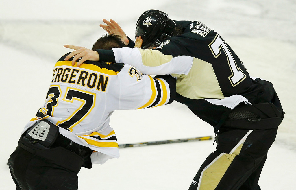 . Boston Bruins\' Patrice Bergeron fights with Pittsburgh Penguins Evgeni Malkin during the second period of Game 1 of their NHL Eastern Conference finals hockey playoff series in Pittsburgh, Pennsylvania June 1, 2013.  REUTERS/Brian Snyder