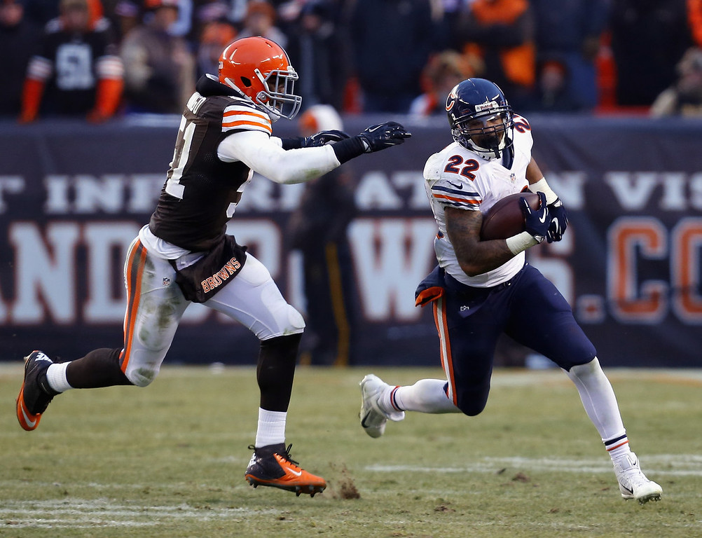 . Running back Matt Forte #22 of the Chicago Bears runs the ball by Barkevious Mingo #51 of the Cleveland Browns at FirstEnergy Stadium on December 15, 2013 in Cleveland, Ohio.  (Photo by Matt Sullivan/Getty Images)