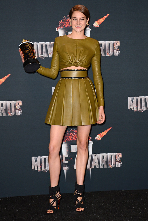 ". Shailene Woodley poses in press room with her award for favorite character for ""Divergent\"" at the MTV Movie Awards on Sunday, April 13, 2014, at Nokia Theatre in Los Angeles. (Photo by Jordan Strauss/Invision/AP)"