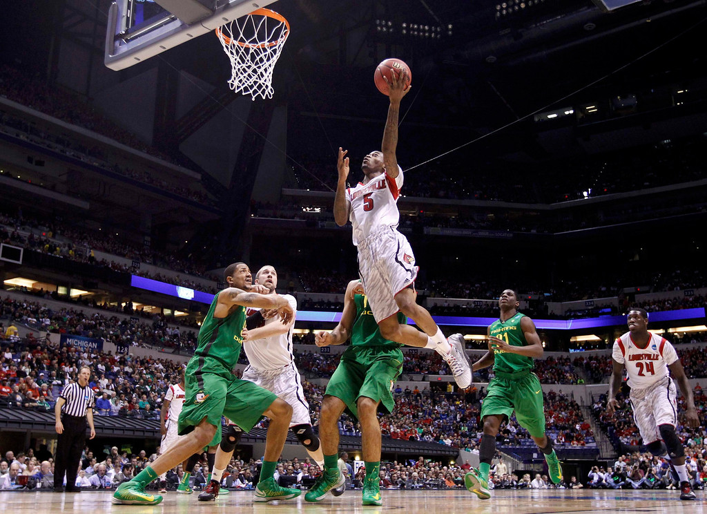 . Louisville Cardinals guard Kevin Ware (5) scores against the Oregon Ducks in the first half during their Midwest Regional NCAA men\'s basketball game in Indianapolis, Indiana, March 29, 2013. REUTERS/Jeff Haynes