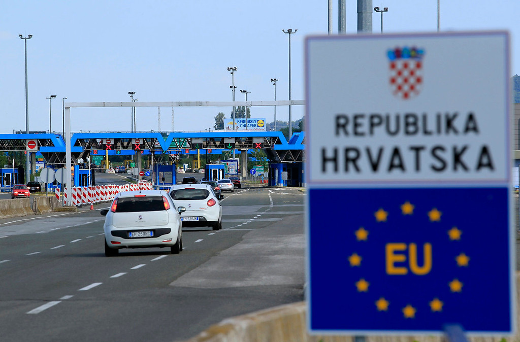 . A closed Croatian border crossing is seen at Bregana July 1, 2013. Croatia became the European Union\'s 28th member on Monday and its roughly 1,400 km of land border with non-EU neighbors Bosnia, Serbia and Montenegro will now become the bloc\'s new external frontier. Croatian and Slovenian border police now work together. REUTERS/Antonio Bronic