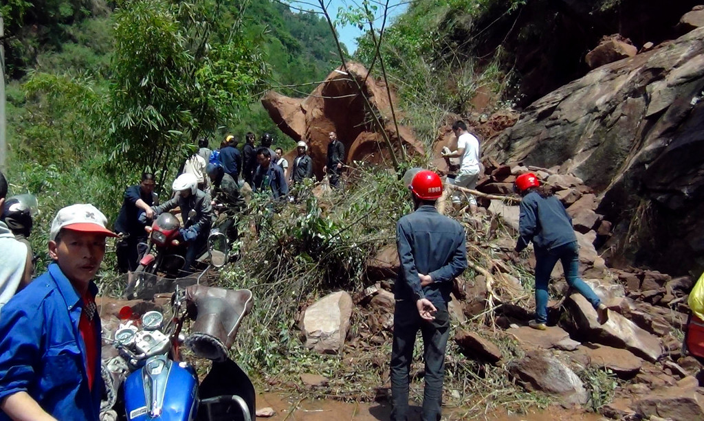 . Rescuers try to remove rocks blocking a road after a strong earthquake of 6.6 magnitude hit Lushan county, Ya\'an, Sichuan province April 20, 2013. The earthquake killed at least 56 people and injured about 600 close to where a big quake killed almost 70,000 people in 2008.    REUTERS/Stringer