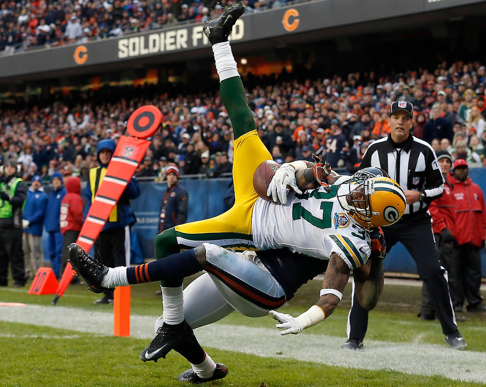 . Green Bay Packers\' Sam Shields (front) and Chicago Bears\' Alshon Jeffery battle for the ball during the second half of their NFL football game at Soldier Field in Chicago, December 16, 2012.     REUTERS/Jim Young