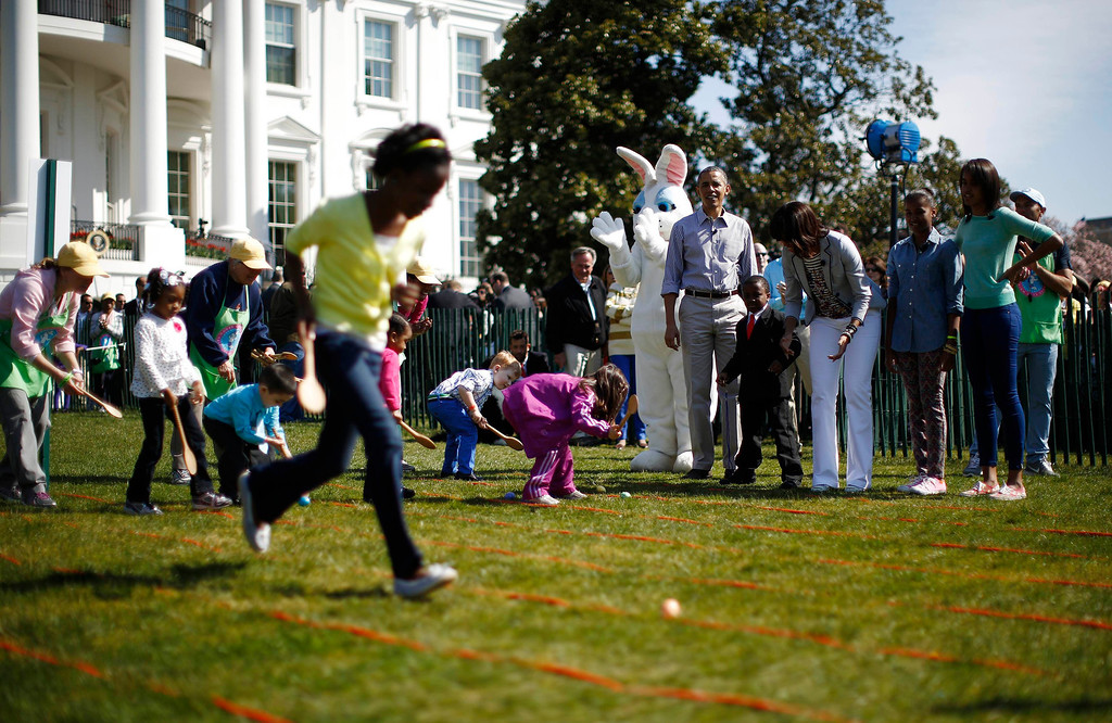 . U.S. President Barack Obama and first lady Michelle and their daughters Sasha (2nd R) and Malia participate in the 135th annual Easter Egg Roll on the South Lawn of the White House in Washington, April 1, 2013. REUTERS/Jason Reed