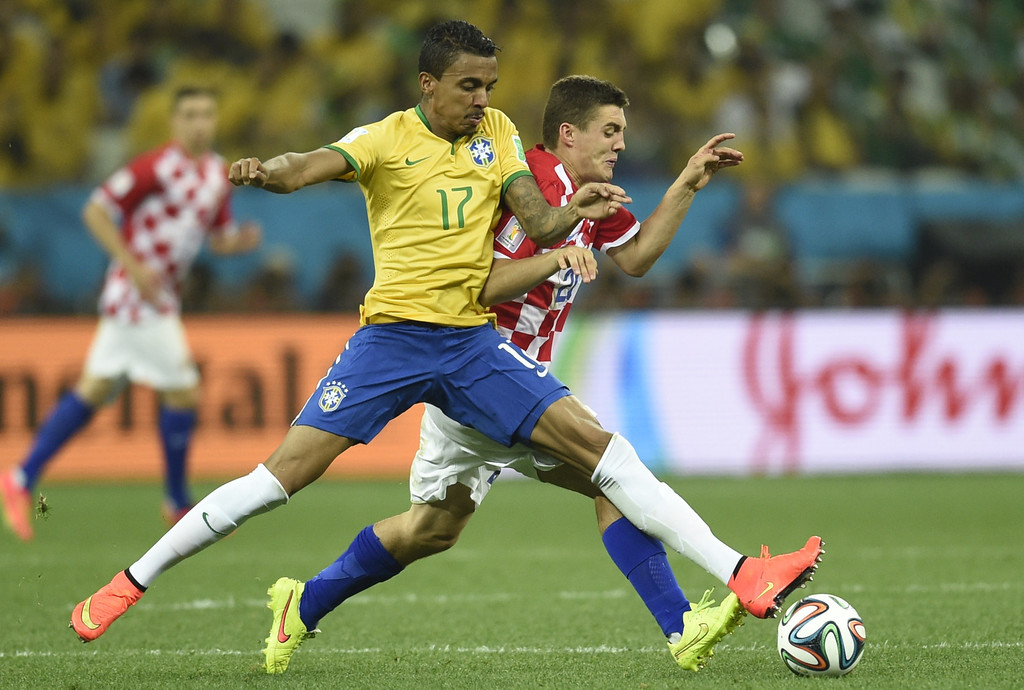 . Croatia\'s defender Domagoj Vida (R) and Brazil\'s midfielder Luiz Gustavo vie for the ball during a Group A football match between Brazil and Croatia at the Corinthians Arena in Sao Paulo during the 2014 FIFA World Cup on June 12, 2014. AFP PHOTO / DIMITAR DILKOFF/AFP/Getty Images