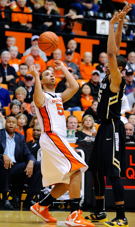 . Oregon State\'s Roberto Nelson (55) juggles the ball against Colorado\'s Spencer Dinwiddie (25) during the second half of an NCAA college basketball game in Corvallis, Ore., Sunday, Feb. 10, 2013. Colorado won 72-68. (AP Photo/Greg Wahl-Stephens)