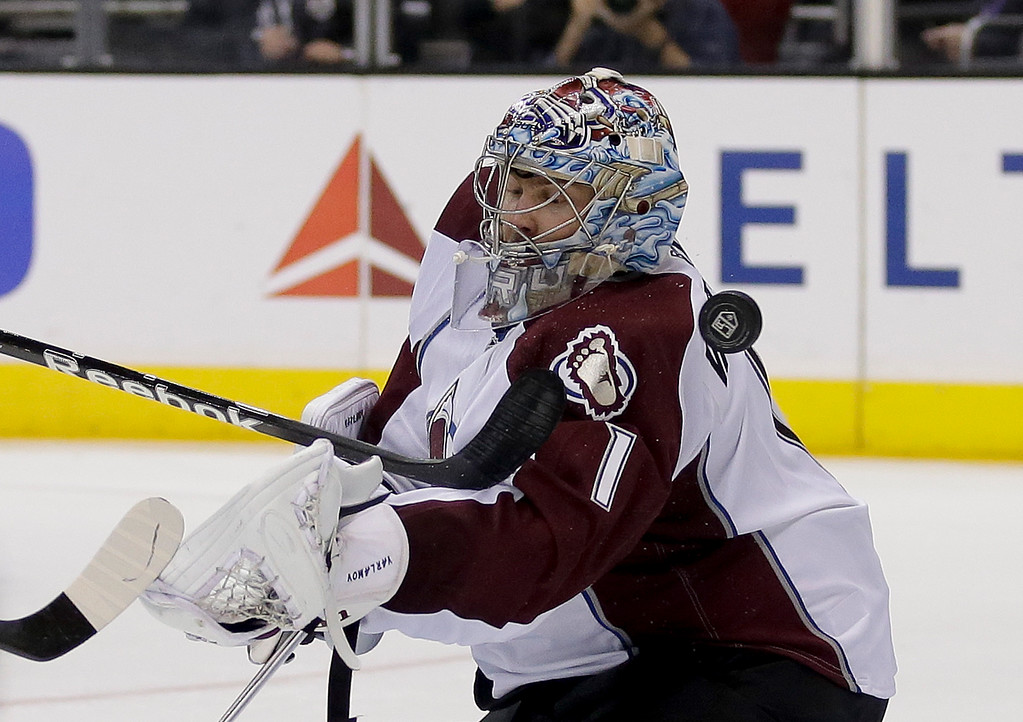 . Los Angeles Kings right wing Justin Williams scores past Colorado Avalanche goalie Semyon Varlamov during the second period of an NHL hockey game, Saturday, Dec. 21, 2013, in Los Angeles. (AP Photo/Chris Carlson)