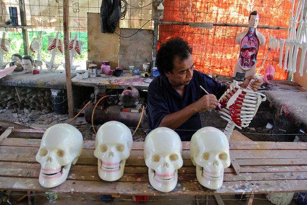 PHOTOS: Indonesian craftsman sculpts anatomical models for medical use