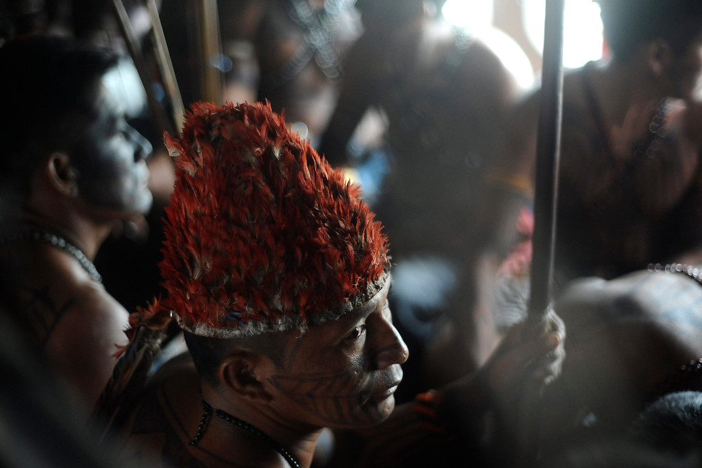 . Munduruku Indians, many of who are flying for the first time, look out the window of a Brazilian Air Force plane as they are transported to Brasilia for talks with the government, June 4, 2013. Air Force planes flew 144 Munduruku Indians to Brasilia for talks to end a week-long occupation of the controversial Belo Monte dam on the Xingu River, a huge project aimed at feeding Brazil\'s fast-growing demand for electricity. REUTERS/Lunae Parracho