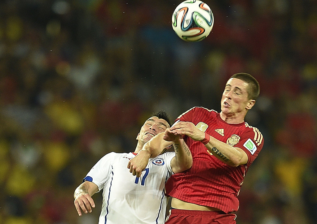 . Chile\'s defender Gary Medel (L) and Spain\'s forward Fernando Torres vie during a Group B football match between Spain and Chile in the Maracana Stadium in Rio de Janeiro during the 2014 FIFA World Cup on June 18, 2014.   LLUIS GENE/AFP/Getty Images