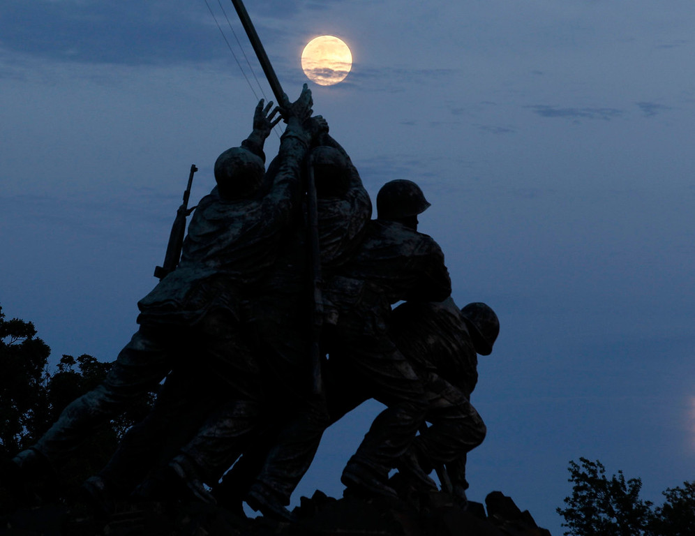 ". The largest full moon of 2013, also referred to as a ""super moon,\"" rises over the Iwo Jima memorial in Arlington, Virginia, near Washington D.C. on June 22, 2013. REUTERS/Jason Reed"