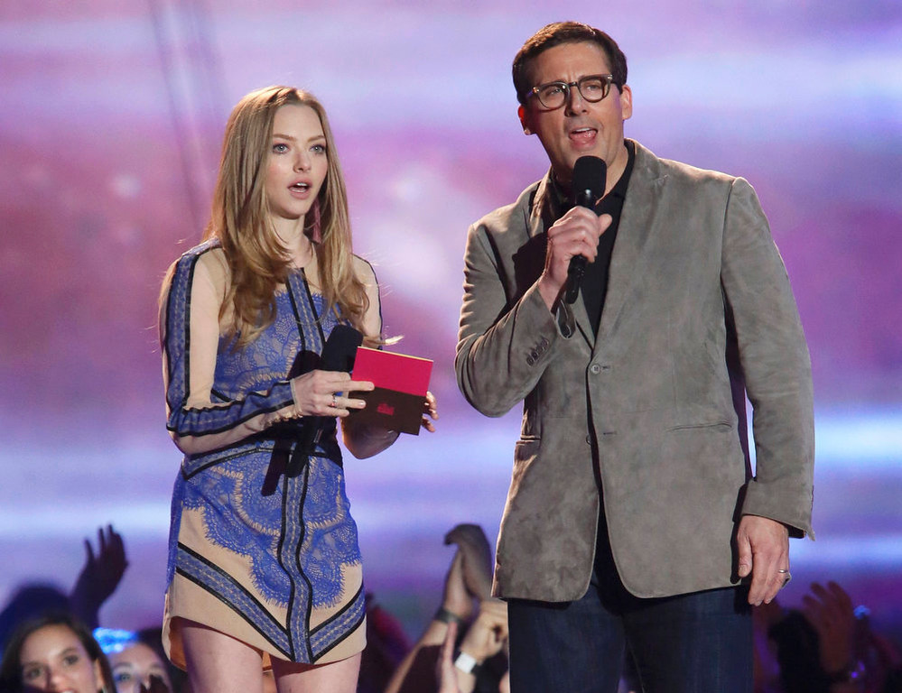 . Actors Amanda Seyfried and Steve Carell present the award for best kiss at the 2013 MTV Movie Awards in Culver City, California April 14, 2013.   REUTERS/Danny Moloshok