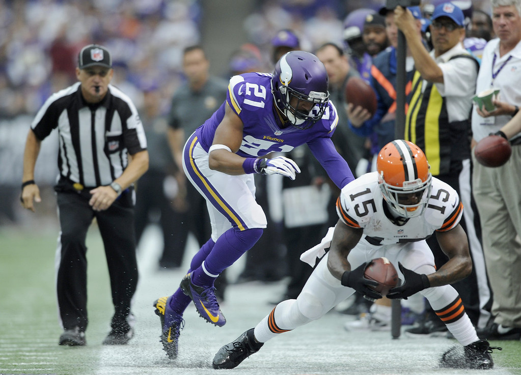 . Josh Robinson #21 of the Minnesota Vikings forces Davone Bess #15 of the Cleveland Browns out of bounds during the second quarter of the game on September 22, 2013 at Mall of America Field at the Hubert H. Humphrey Metrodome in Minneapolis, Minnesota. (Photo by Hannah Foslien/Getty Images)