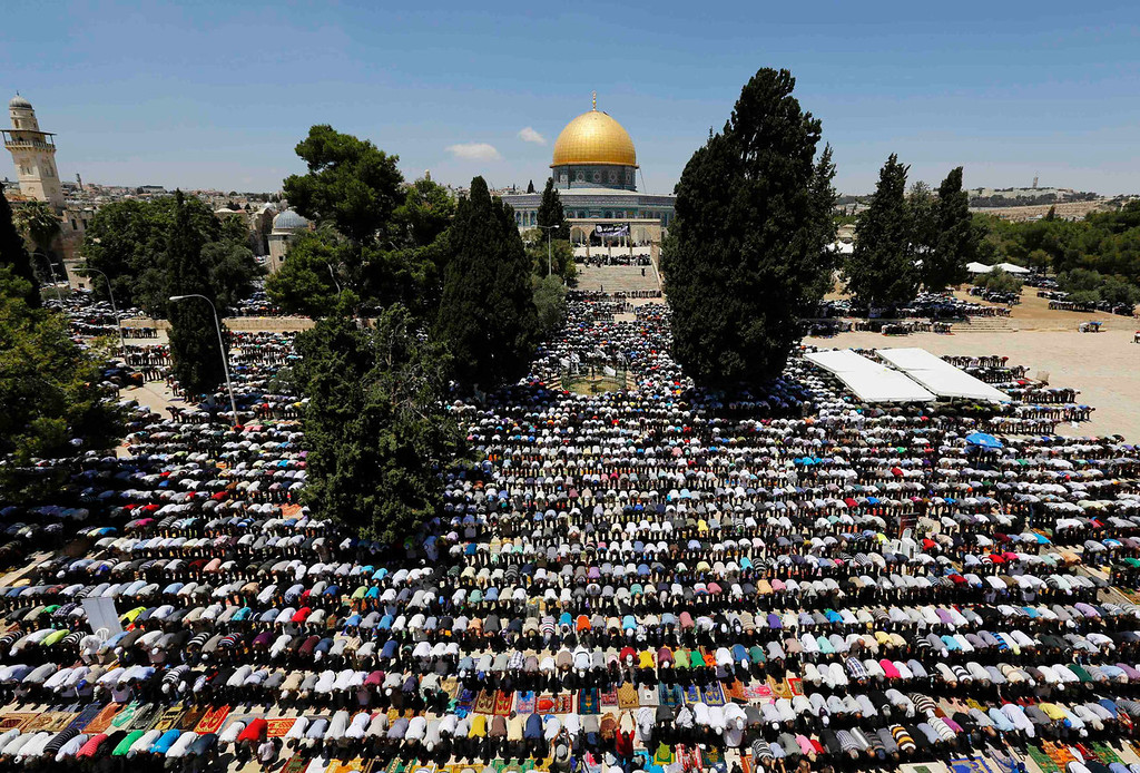 . Palestinian worshippers pray in front of the Dome of the Rock on the compound known to Muslims as Noble Sanctuary and to Jews as Temple Mount in Jerusalem\'s Old City, during the holy month of Ramadan July 26, 2013. REUTERS/Ammar Awad