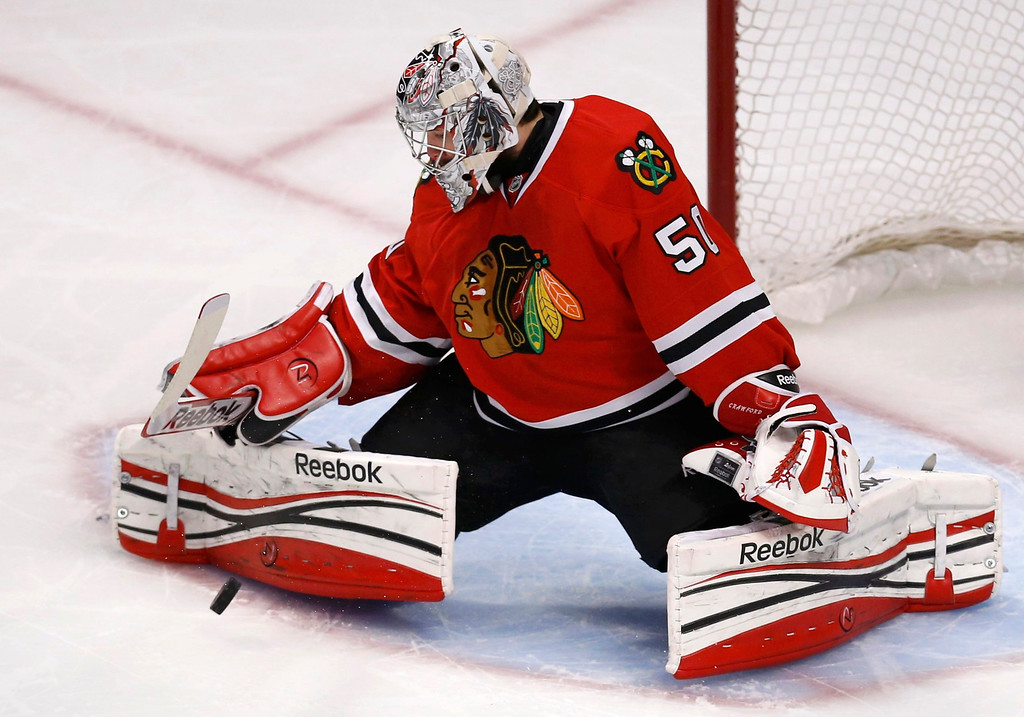 . Chicago Blackhawks goalie Corey Crawford makes a save against the Los Angeles Kings during the first period in Game 5 of their NHL Western Conference final hockey playoff series in Chicago, Illinois, June 8, 2013. REUTERS/Jim Young