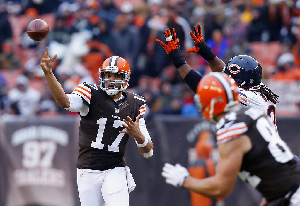. Quarterback Jason Campbell #17 of the Cleveland Browns throws to tight end Jordan Cameron #84 against the Chicago Bears at FirstEnergy Stadium on December 15, 2013 in Cleveland, Ohio.  (Photo by Matt Sullivan/Getty Images)