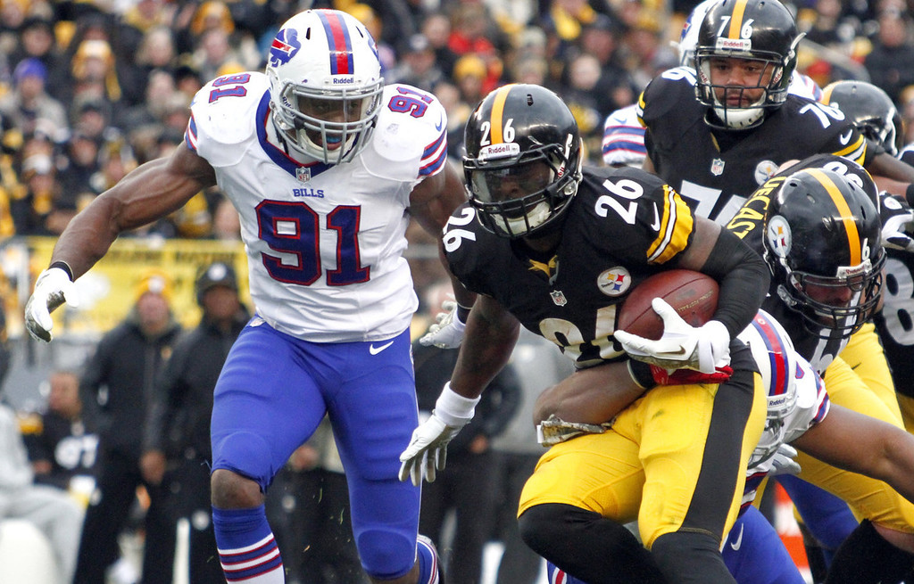 . Le\'Veon Bell #26 of the Pittsburgh Steelers rushes against Manny Lawson #91 of the Buffalo Bills during the game on November 10, 2013 at Heinz Field in Pittsburgh, Pennsylvania.  (Photo by Justin K. Aller/Getty Images)