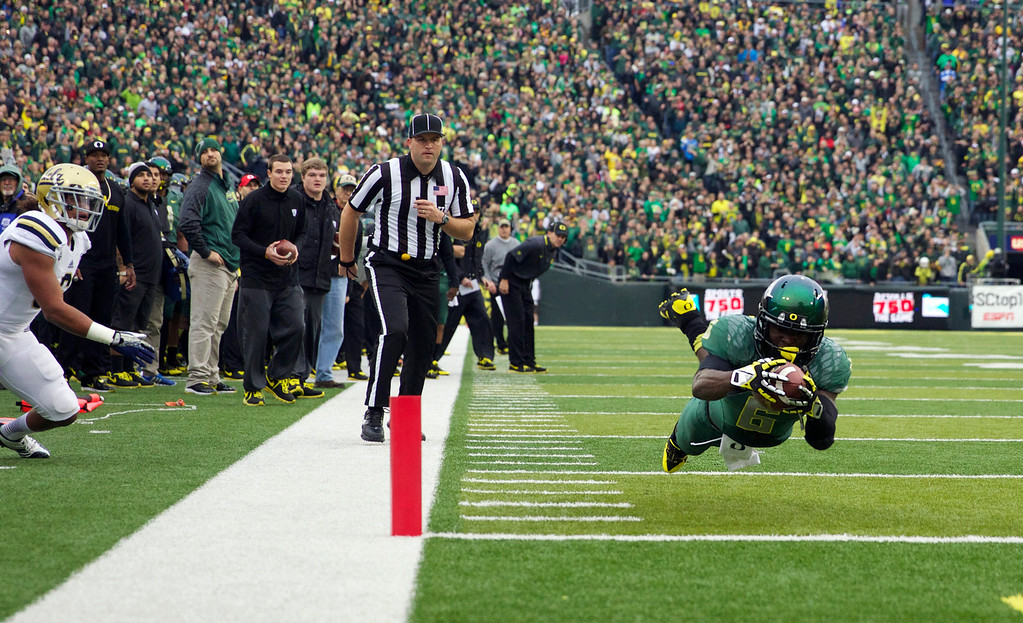 . Oregon running back De\'Anthony Thomas (6) dives for the end zone against UCLA during an NCAA college football game, Saturday, Oct. 26, 2013, in Eugene, Ore. (AP Photo/The Oregonian, Bruce Ely)