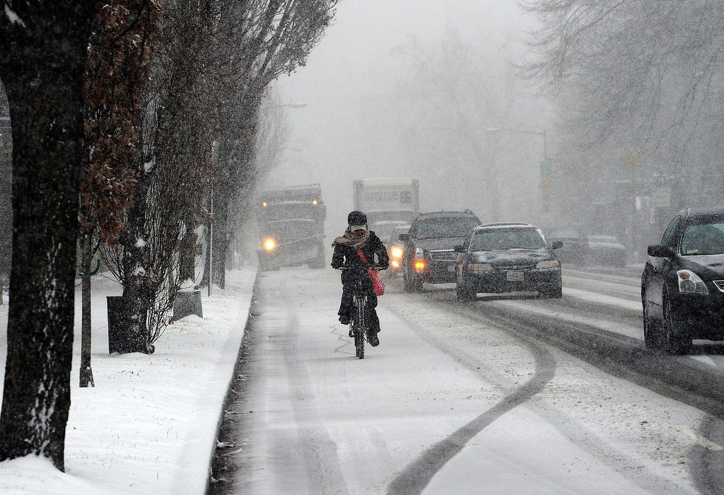 . Commuters make their way under a snowfall on January 21, 2014 in Washington, DC.  AFP PHOTO/Jewel SAMAD/AFP/Getty Images