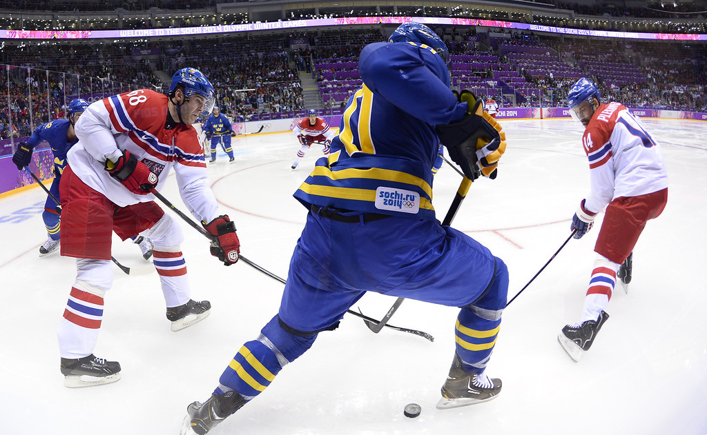 . Sweden\'s Alexander Steen (C) vies with Czech Republic\'s Jaromir Jagr (L) and Czech Republic\'s Tomas Plekanec during the Men\'s Ice Hockey Group C match Czech Republic vs Sweden at the Bolshoy Arena during the Sochi Winter Olympics on February 12, 2014. Sweden won 2-4.  JONATHAN NACKSTRAND/AFP/Getty Images