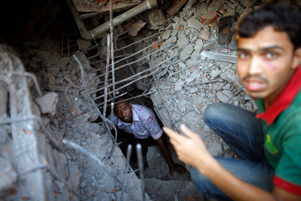 . Rescue workers try to rescue trapped garment workers in the Rana Plaza building which collapsed, in Savar, 30 km (19 miles) outside Dhaka April 24, 2013. REUTERS/Andrew Biraj