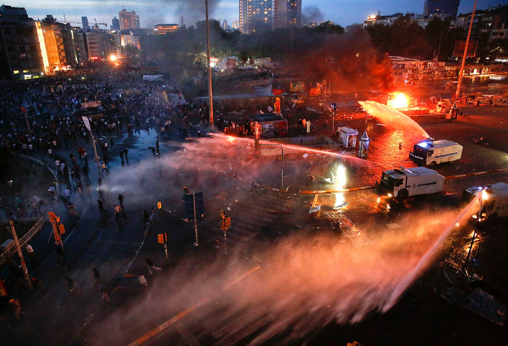 . Protesters run in panic as riot police and water cannons returned to Istanbul\'s Taksim square late afternoon June 11, 2013.    REUTERS/Yannis Behrakis