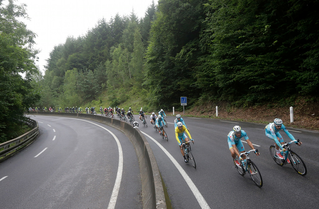 . The pack with Italy\'s Vincenzo Nibali, wearing the overall leader\'s yellow jersey, speeds downhill during the seventh stage of the Tour de France cycling race over 234.5 kilometers (145.7 miles) with start in Epernay and finish in Nancy, France, Friday, July 11, 2014. (AP Photo/Laurent Cipriani)