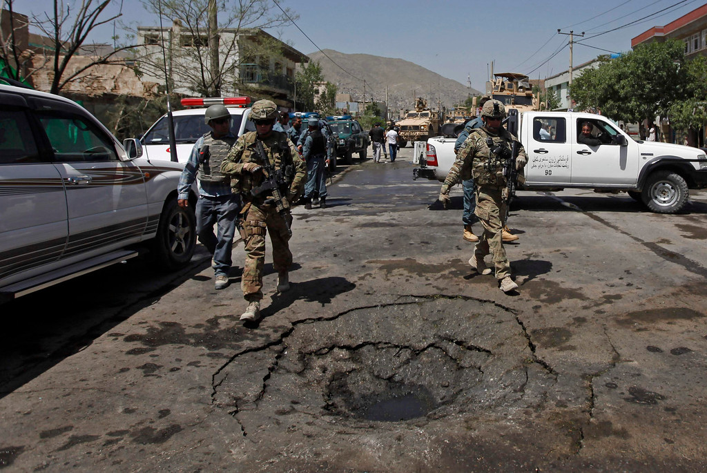 . NATO soldiers with the International Security Assistance Force (ISAF) arrive at the site of a suicide attack in Kabul May 16, 2013. REUTERS/Mohammad Ismail