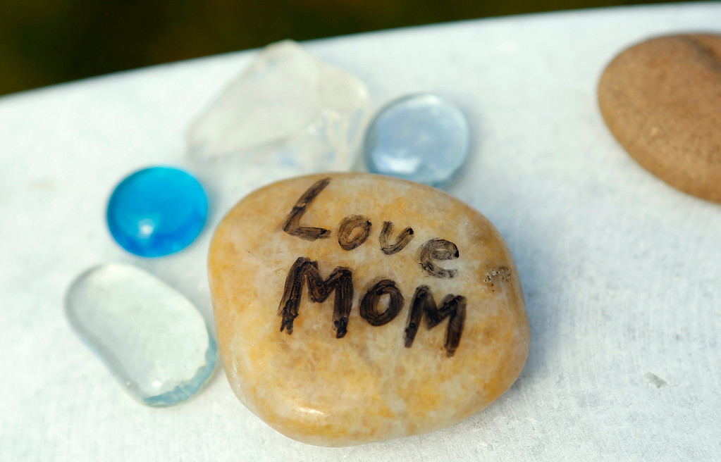 """. A stone with \""""Mom\"""" written on it is seen on a headstone in Section 60 at Arlington National Cemetery in Virginia, March 13, 2013. Section 60 contains graves of soldiers from the wars in Iraq and Afghanistan. Picture taken March 13, 2013. REUTERS/Kevin Lamarque"""