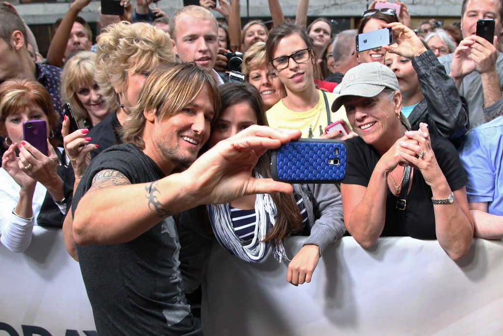 ". Keith Urban greets fans after his performance on NBC\'s ""Today\"" at NBC\'s TODAY Show on September 10, 2013 in New York City. (Photo by Taylor Hill/Getty Images)"