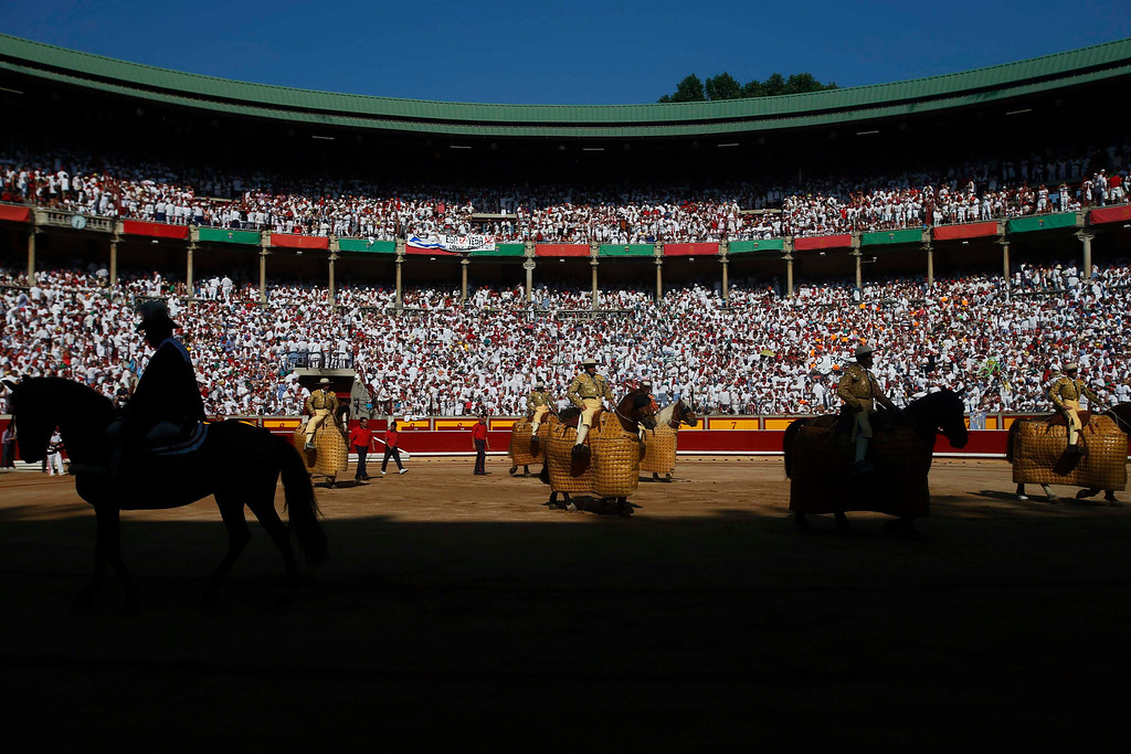 """. \""""Picadores\"""" (mounted bullfighters) enter the bull ring at the start of the fifth bullfight of the San Fermin festival in Pamplona July 11, 2013. REUTERS/Susana Vera"""