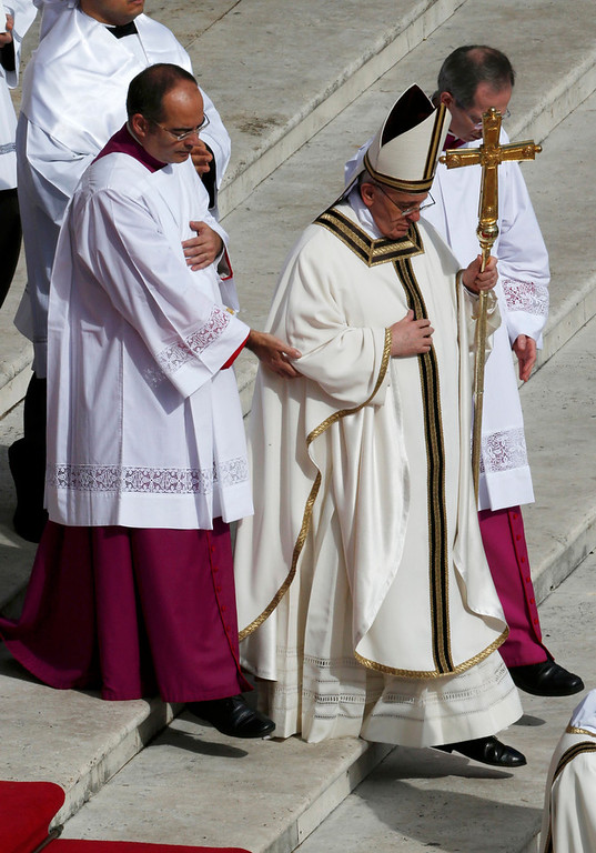 . Pope Francis arrives from Saint Peter\'s Basilica for his inaugural mass at the Vatican, March 19, 2013. Pope Francis celebrates his inaugural mass on Tuesday among political and religious leaders from around the world and amid a wave of hope for a renewal of the scandal-plagued Roman Catholic Church.              REUTERS/Stefano Rellandini