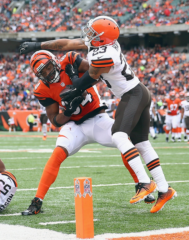 . Jermaine Gresham #84 of the Cincinnati Bengals  runs for a touchdown while defended by Joe Haden #23 of the Cleveland Browns during the game at Paul Brown Stadium on November 17, 2013 in Cincinnati, Ohio.  (Photo by Andy Lyons/Getty Images)