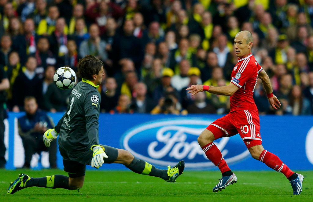 . Borussia Dortmund goalkeeper Roman Weidenfeller saves from Bayern Munich\'s Arjen Robben during the Champions League Final soccer match at Wembley Stadium in London May 25, 2013.    REUTERS/Michael Dalder