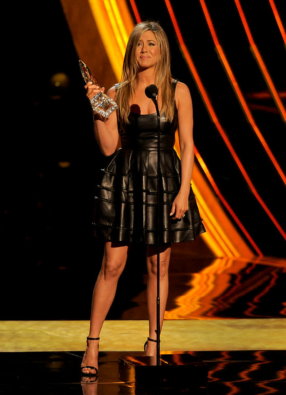 . Jennifer Aniston accepts the award for favorite comedic movie actress at the Peopleís Choice Awards at the Nokia Theatre on Wednesday Jan. 9, 2013, in Los Angeles. (Photo by Chris Pizzello/Invision/AP)