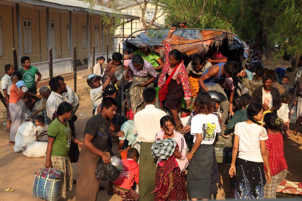 . Carrying belongings Muslims refugees get off a vehicle  as they arrive at a rescue camp in Meikhtila about 550 kilometers (340 miles) north of Yangon, Myanmar, Friday, March.22, 2013. (AP Photo/Khin Maung Win)