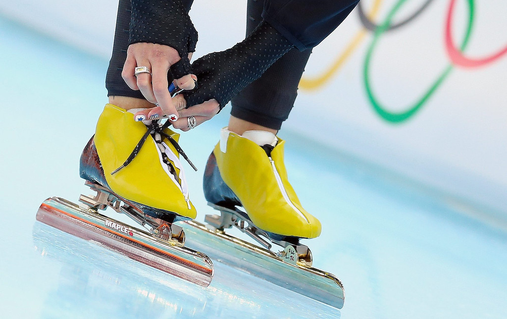 . Lauren Cholewinski of the USA ties her laces before the women\'s 500 m Race 2 of the Speed Skating event in the Adler Arena at the Sochi 2014 Olympic Games, Sochi, Russia, on Feb. 11, 2014.  EPA/HANNIBAL HANSCHKE