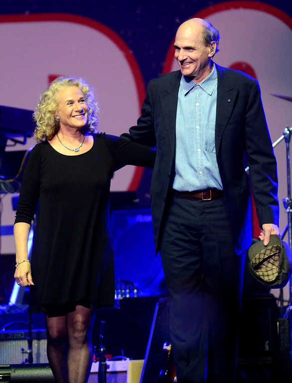 . Singers Carole King and James Taylor take the stage during the Boston Strong benefit concert at the Boston TD Garden, May 30, 2013. REUTERS/Gretchen Ertl