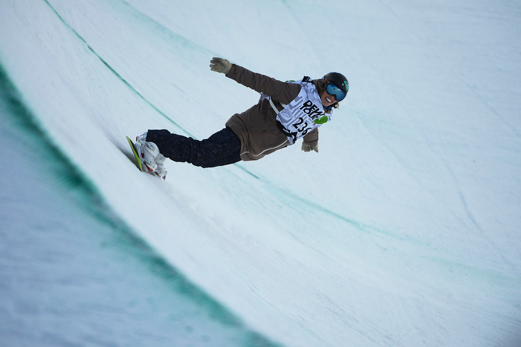 . Pro Snowboarder, Torah Bright, smiles on the last part of her first superpipe run at Breckenridge during the Dew Tour Ion Mountain superpipe championship finals at Breckenridge Saturday afternoon, December 14, 2013. Bright won the competition on this run with a score of 95.40 (Photo By Andy Cross/The Denver Post)