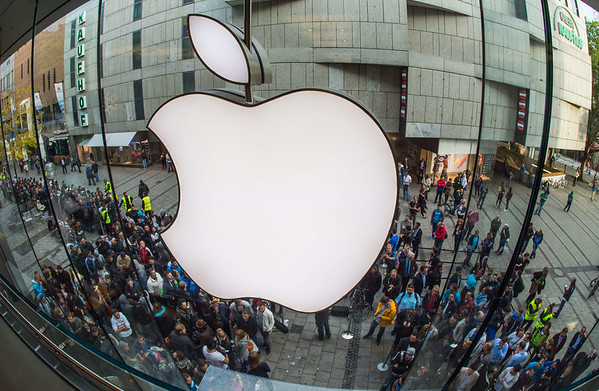 PHOTOS: Crowds line up as iPhone 6 goes on sale