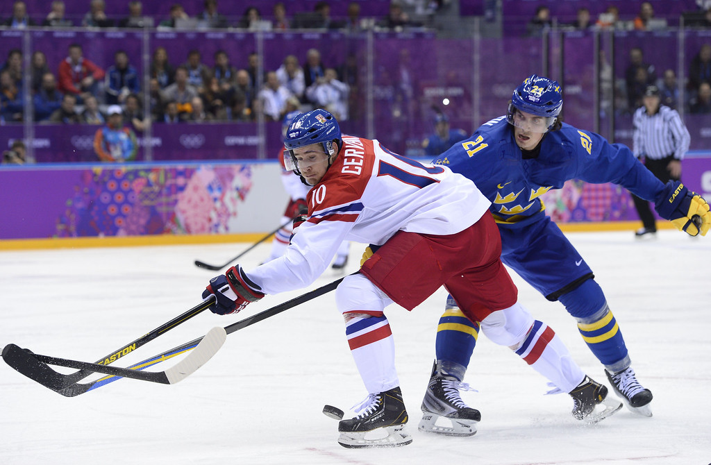 . Sweden\'s Loui Eriksson (R) vies with Czech Republic\'s Martin Hanzal during the Men\'s Ice Hockey Group C match Czech Republic vs Sweden at the Bolshoy Arena during the Sochi Winter Olympics on February 12, 2014. Sweden won 2-4.  JONATHAN NACKSTRAND/AFP/Getty Images