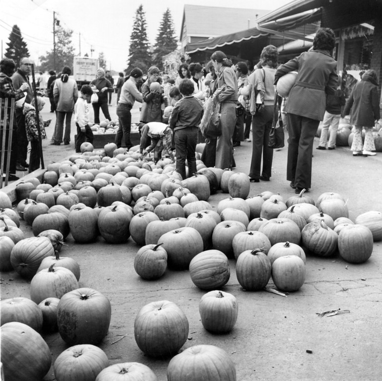 . 1975:  Pumpkins for sale for Halloween at New York.  (Photo by Peter Keegan/Keystone/Getty Images)