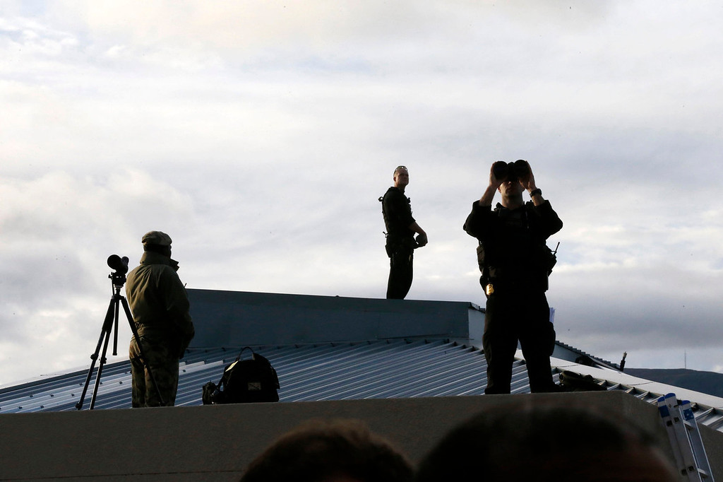 . Counter assault team members stand on the roof of the Desmond Tutu HIV Foundation Youth Centre as U.S. President Barack Obama takes part in a health event there with youth in Cape Town, South Africa on June 30, 2013.   REUTERS/Jason Reed